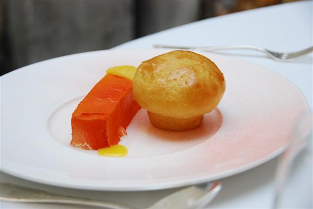 Le Sablé - Sablé aux céréales et fruits exotiques Shortcrust pastry with grains and exotic fruit.