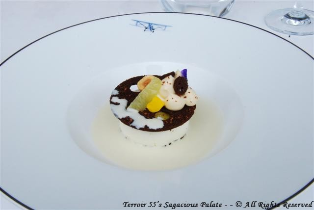 """Dolce Vita"" (soft chocolate biscuit, light lime cream and lemon thyme sauce.)"