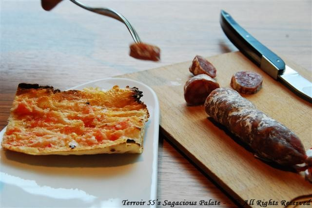 Tomato bread and pork sausage