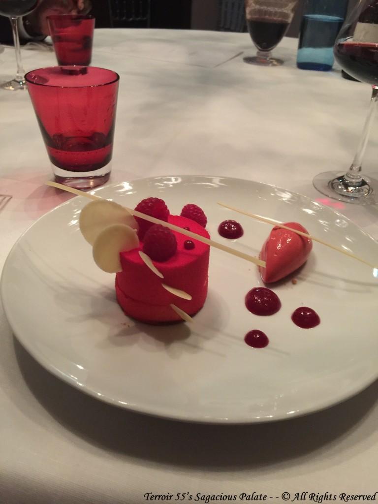 Chocolat blanc au coquelicot, coeur de fruits rouges et sorbet framboise.